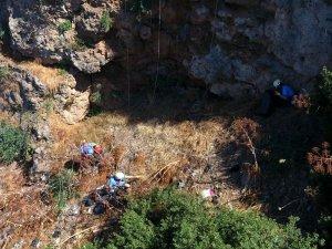 Dağcılar 40 metrelik falezleri çöpten arındırdı