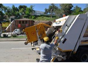 Çöp konteynırları yıkanarak dezenfekte ediliyor