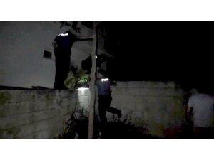 Şüpheliyi kovalayan polisler akrobatlara taş çıkarttı
