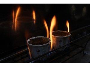Türk kahvesini cezve yerine fincanda pişiriyor