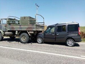 Hafif ticari araç askeri araca çarptı: 1 yaralı