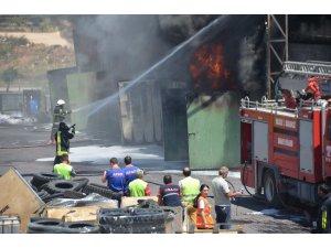 Bilecik'te lastik fabrikasında çıkan yangının dumanı tüm kentten görüldü