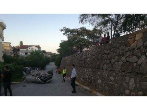 Ehliyetsiz sürücü otomobiliyle duvardan uçtu: 2 yaralı