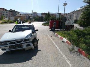 Hafif ticari araç ile otomobil kavşakta çarpıştı: 2 yaralı