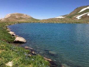 Karların yeni eridiği göl manzarası ile hayran bıraktı