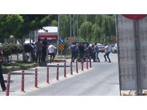 Polisin havaya ateş açarak müdahale ettiği kavga kamerada
