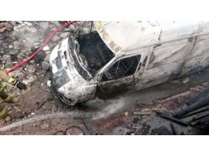 Maltepe'de hastane inşaatı bahçesinde minibüs yandı