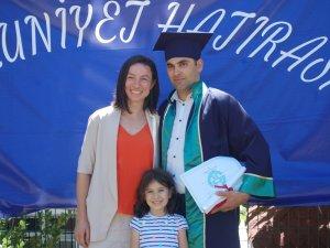 Okul birincisi olan öğrenci, öğretim görevlisi eşinden diplomasını aldı