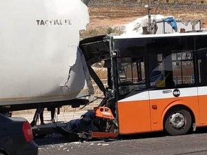 Belediye otobüsü tıra çarptı: 1 yaralı