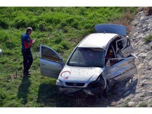 Adana'da otomobil sulama kanalına uçtu: 2 yaralı