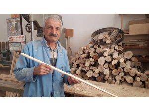 Kazma, kürek ve balta gibi aletlere sap yaparak mesleğini yarım asırdır sürdürüyor