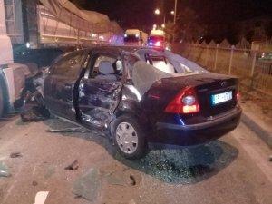 İzmir'de kontrolden çıkan otomobil karşı şeride geçti: 2 yaralı