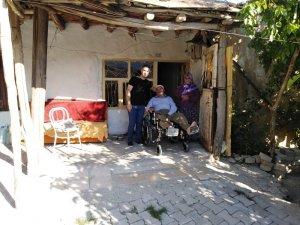 Engelli vatandaşlara klozet destekli tekerlekli sandalye