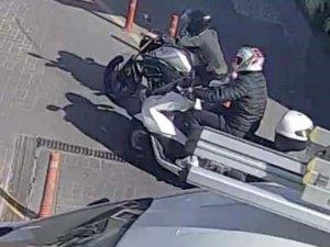 Ataşehir'de alış veriş merkezinin otoparkında motosiklet hırsızlığı kamerada
