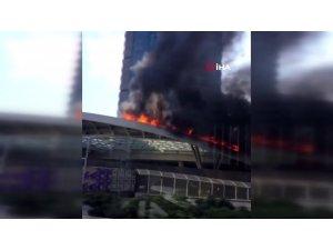 Zincirlikuyu'da bir AVM'nin giriş bölümünde izolasyon malzemeleri nedeniyle yangın çıktı. Olay yerine çok sayıda itfaiye ekibi sevk edildi .
