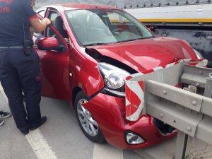 Bariyerlere çarpan otomobildeki vatandaşlar şok geçirdi