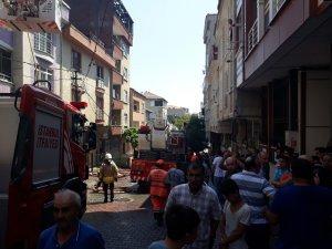 Küçükçekmece'de çatı yangını mahallede paniğe neden oldu