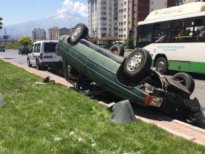 Direksiyon hakimiyeti kaybolan otomobil ters döndü