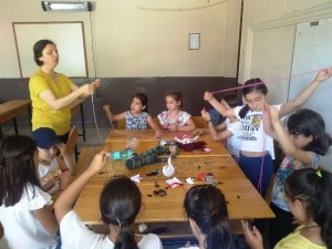 Kız öğrenciler yaz tatilinde el becerilerini geliştirecek