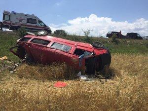 Lastiği patlayan minibüs tarlaya uçtu: 3 yaralı