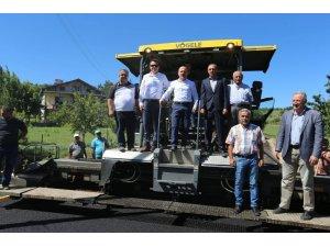 Amasya'da köy yollarında bitümlü sıcak karışım asfalt çalışmaları hızla sürüyor