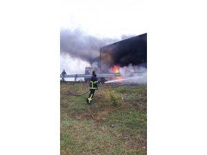 Lastiği alev alan tırdaki yangını itfaiye büyümeden söndürdü
