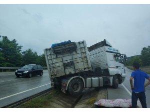 Yaralı sürücüyü yağmurdan yorganla korudular