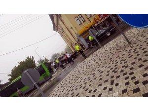 Belediye otobüsü ile otomobil çarpıştı: 4 yaralı