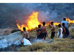 Alevler tatil sitelerine yaklaştı; tatilciler taşlarla yangını söndürmeye çalıştı