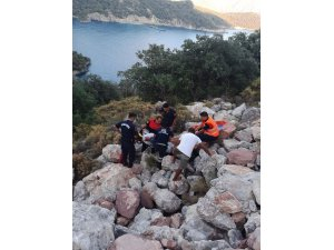 Kayalıklara düşen vatandaşı itfaiye kurtardı
