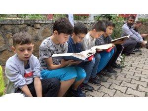 Minik öğrenciler şehitler için Kur'an okudu