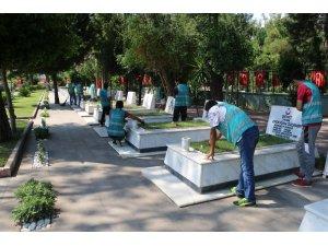 Denetimli Serbestlik yükümlüleri Antalya Şehitliğinde çevre temizliği yaptı