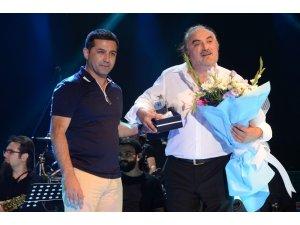 Başkan Günel'den Volkan Konak'a sahnede teşekkür