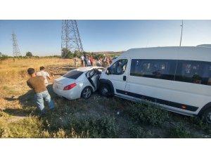 Arnavutköy'de bir servis aracı ile otomobil çarpıştı: 5 yaralı