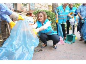 Belediye başkanı elinde süpürge ile kentin sokaklarını süpürdü