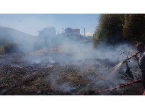 Eğirdir Gölü kıyısında korkutan yangın, yazlıklara sıçramak üzereyken söndürüldü