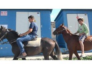 Şehir kovboyları caddede atla dolaştı