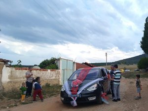 Aslanapa'da asırlık 'halatla araba önünü kesme' geleneği