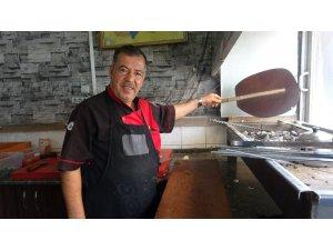 Kebabı türkü ile yapıyor serviste konser veriyor