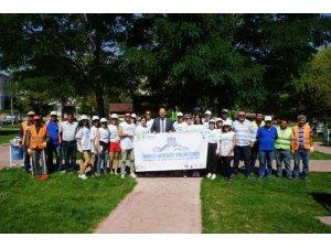 Dünyanın çeşitli ülkelerinden gelen gençler Nevşehir'de parkları temizledi