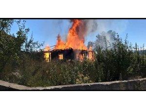 Araç'ta bir ev yangında küle döndü