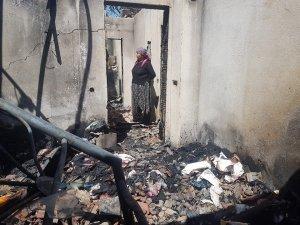 Burdur'da çıkan yangında iki minibüs, ev ve ahır kullanılmaz hale geldi