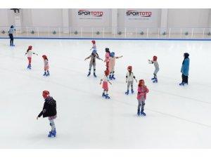 Karacaörenli çocukların buz keyfi
