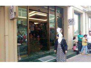 Fatih'te otelde çıkan yangın paniğe yol açtı
