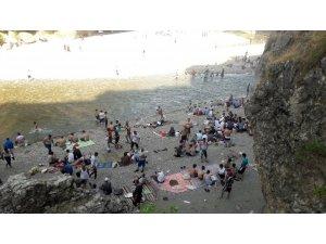 Sıcaktan bunalan vatandaşlar serin yerlere akın ediyor