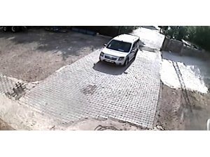 El Freni çekilmeyen araç böyle duvara çarptı