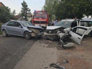 Köy yolunda iki araç kafa kafaya çarpıştı: 5 yaralı