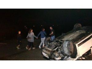 Takla atan aracı fark edip durmak isteyen sürücü direksiyon hakimiyetini kaybedip kaza yaptı: 2'si çocuk 5 yaralı