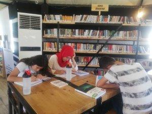 Kıl çadırlardan yapılan kütüphane gençlerin hizmetine sunuldu