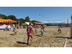 Burhaniye'de plaj voleybolu heyecanı